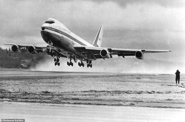 Boeing 747 là một trong những chiếc máy bay chở khách khổng lồ được chế tạo đầu tiên trên thế giới. Nó giữ kỷ lục là máy bay có sức chứa hành khách lớn nhất thế giới trong gần 4 thập niên trước khi bị đối thủ A380 của hãng chế tạo Airbus vượt mặt vào những năm 2000. Boeing 747 đã giải đáp được bài toán về việc chế tạo một chiếc máy bay thương mại cỡ lớn có thể đáp ứng nhu cầu di chuyển đường không ngày càng gia tăng thời bấy giờ. Trong ảnh: Chiếc Boeing 747 cất cánh lần đầu tiên vào năm 1969 tại Everett, Washington. (Ảnh: Bettmann)