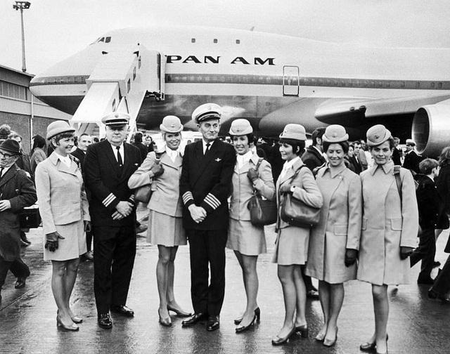 Kể từ năm 1968, đã có hơn 1.500 chiếc Boeing 747 được sản xuất và bàn giao. Hiện thời, vẫn còn 500 chiếc vẫn đang vận hành bình thường. Trong ảnh: Tháng 1/1970, đội tiếp viên hàng không và phi đội điều khiển chụp ảnh trước khi lên chuyến bay thương mại đầu tiên của Boeing 747. (Ảnh: AFP)