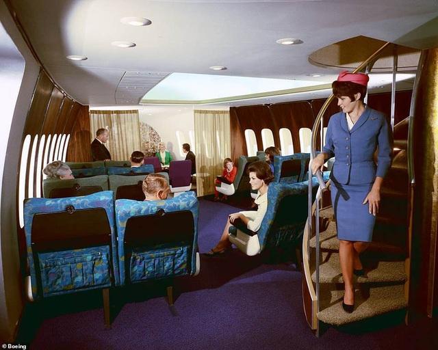 Vào thời điểm đó, bay trên khoang hạng sang của Boeing 747 là một trải nghiệm đẳng cấp. Trên máy bay có khu vực sảnh, khu vực phục vụ cocktail và đôi khi có cả đàn dương cầm. Di chuyển với Boeing 747 được đánh giá là rất thoải mái, dễ chịu. (Ảnh: Boeing)