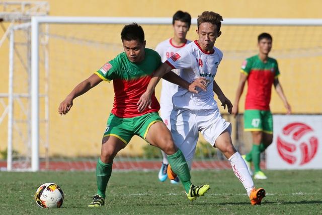 Viettel (trắng) giành chiến thắng 2-0 trước Bình Phước để vô địch giải hạng Nhất