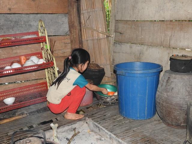 11 tuổi, bé Xa Thị Trúc đã biết làm tất cả mọi việc gia đình để phụ mẹ