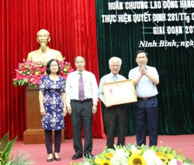 Ông Tống Quang Thìn - Phó Chủ tịch tỉnh Ninh Bình trao tặng Huân chương Lao động hạng Nhì cho lãnh đạo Hội Khuyến học tỉnh Ninh Bình.