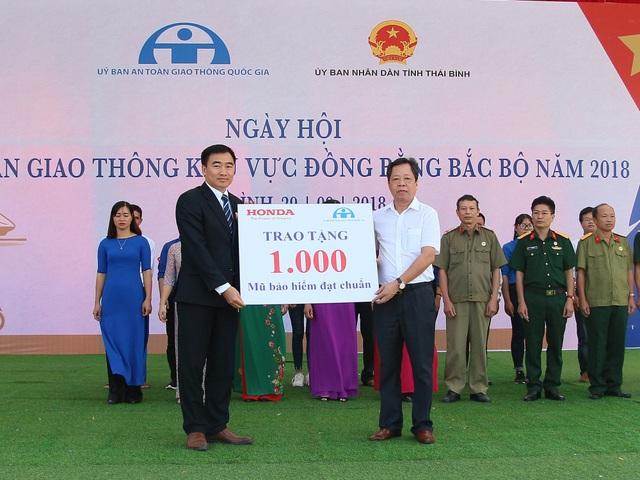 1.000 mũ bảo hiểm đạt chuẩn được trao tặng cho người dân tỉnh Thái Bình