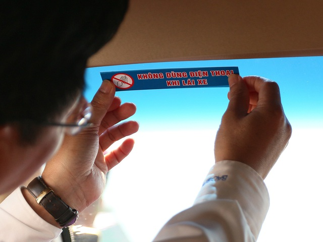 Dán khẩu hiệu tuyên tuyền trên các phương tiện giao thông không sử dụng điện thoại khi lái xe...