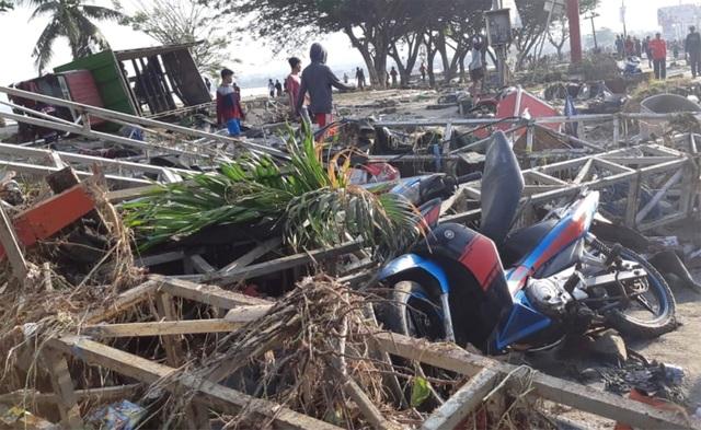 Hàng trăm người đang tham gia một lễ hội trên bờ biển Palu thì những đợt sóng thần cao tới 6m ập tới khiến nhiều người thiệt mạng và cuốn phăng bất kỳ thứ gì trên đường đi của chúng.