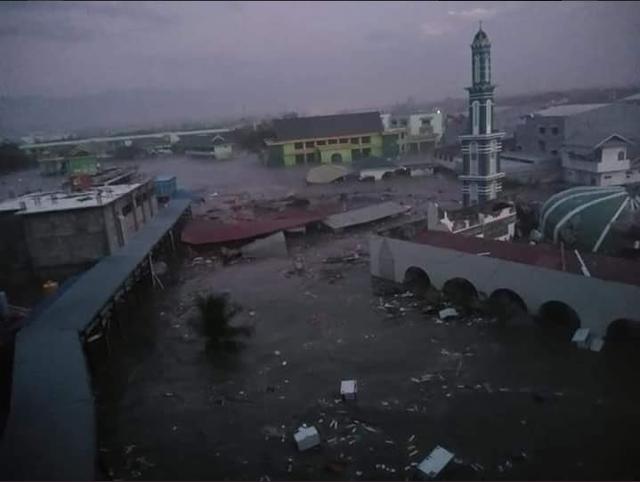 Trận động đất mạnh 7,7 độ Richter xảy ra ngoài khơi đảo Sulawesi hôm qua đã khiến sóng thần dâng cao vào chiều qua 28/9 theo giờ địa phương.
