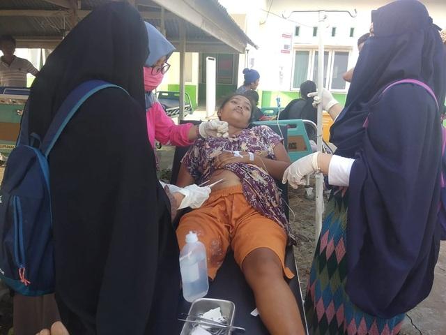 Do số lượng thương vong lớn nên nhiều nạn nhân buộc phải điều trị khẩn cấp bên ngoài trung tâm y tế. Ước tính còn khoảng 29 người mất tích sau trận động đất.