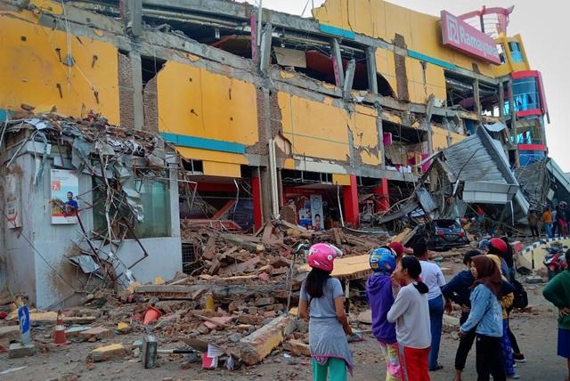 """Những hình ảnh chụp từ hiện trường cho thấy sức tàn phá khủng khiếp tại hai thị trấn Palu và Donggala - nơi nằm gần tâm chấn của trận động đất. """"Sóng thần đã cuốn theo xe cộ, nhà cửa và tàn phá mọi thứ trên mặt đất"""", ông Nugroho cho biết."""