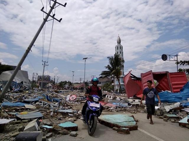 """""""Khi cảnh báo sóng thần được phát đi hôm qua, nhiều người vẫn đang ở trên bãi biển. Họ không thể chạy đi ngay lập tức và trở thành nạn nhân"""", Sutopo Purwo Nugroho, người phát ngôn của Cơ quan Cứu trợ Thảm họa Quốc gia Indonesia, cho biết."""