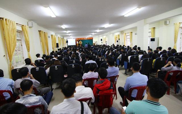 Buổi lễ khai giảng tại trường này ngắn gọn chỉ hơn nửa tiếng. Sau lễ, cả trường bắt tay vào làm việc và dạy học