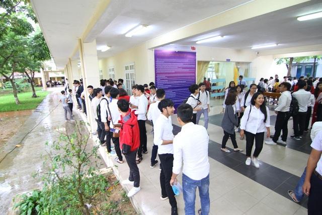 Các tân sinh viên trường Cao đẳng Công nghiệp Huế tham gia lễ khai giảng