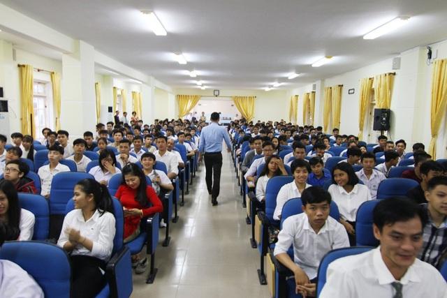 Các tân sinh viên trường Cao đẳng Công nghiệp Huế tham dự lễ khai giảng năm học mới