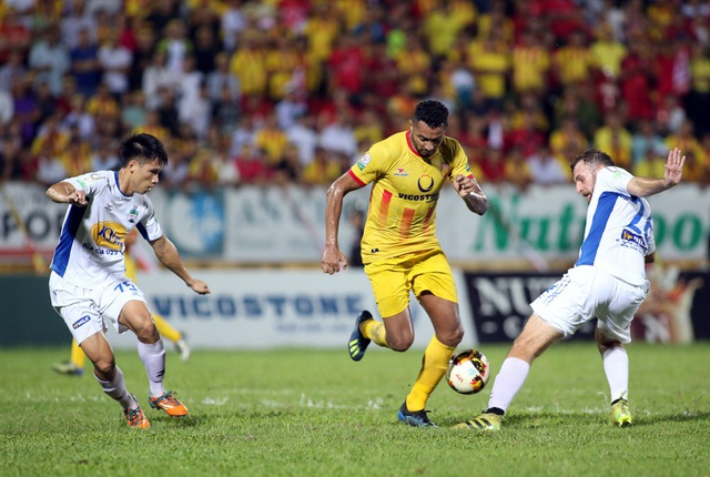 Nam Định (vàng) đã bị đội cuối bảng Cần Thơ san bằng về điểm số - Ảnh: Gia Hưng