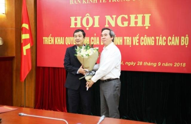 Ông Nguyễn Văn Bình tặng hoa chúc mừng ông Ngô Đông Hải ( (Ảnh: Ban Kinh tế TƯ)