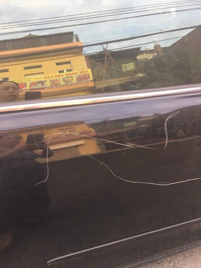 Chiếc xe của chị Nhan Nguyen bị cào xước xung quanh thân xe.