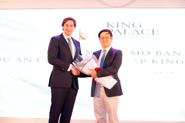 Việc cộng đồng người Hàn Quốc nhanh chóng chọn lựa King Palace ngay ở thời điểm dự án căn hộ cao cấp này mở bán không phải là điều quá bất ngờ. Bởi từ trước đó khá lâu, King Palace đã được các chuyên gia bất động sản đánh giá là sở hữu sức hút cực lớn đối với khách hàng là người nước ngoài.