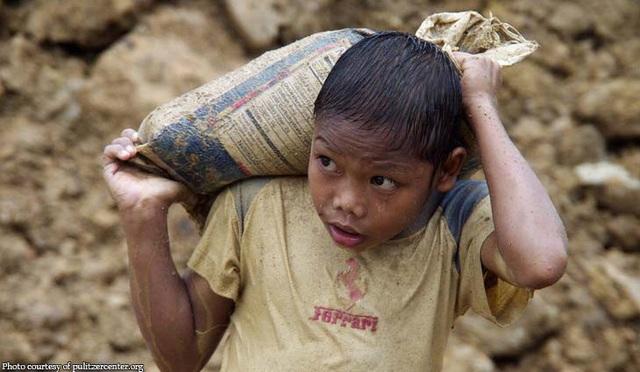Nhiều bé trai, bé gái người Trung Quốc phải đi đào vàng trái phép tại Sierra Leone. (Nguồn: African News Network)