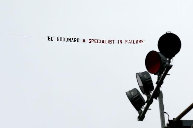CĐV MU thuê máy bay mang thông điệp giễu cợt phó Chủ tịch Ed Woodward