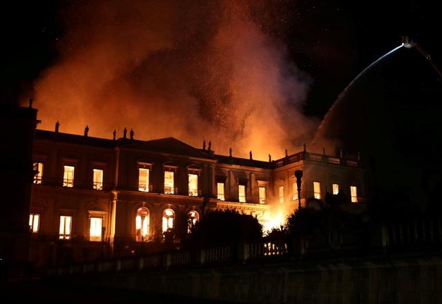 Lực lượng cứu hỏa nỗ lực phun nước để dập tắt đám cháy tại Bảo tàng Quốc gia Brazil tối ngày 2/9.