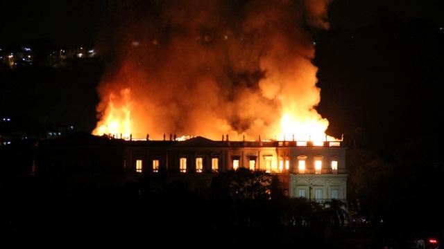Ngọn lửa được cho là bùng phát vào khoảng 7 giờ tối giờ địa phương, khi bảo tàng đóng cửa. Hiện chưa rõ nguyên nhân của vụ hỏa hoạn.