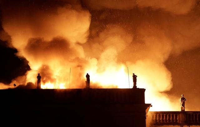 Khói lửa bốc ngùn ngụt lên bầu trời trong vụ hỏa hoạn.