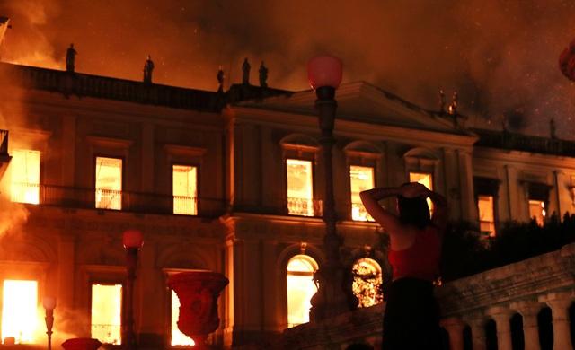 Các nguồn tin cho biết đám cháy đã nhanh chóng lan ra tất cả các tầng của tòa nhà. Các hình ảnh được truyền thông đăng tải cho thấy lửa cháy ngùn ngụt bên trong tòa nhà, và khói đen bốc cao nghi ngút.