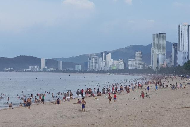Nha Trang: Ngày cuối cùng dịp lễ, bãi biển vẫn đông nghịt người - 1