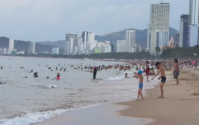 Nha Trang: Ngày cuối cùng dịp lễ, bãi biển vẫn đông nghịt người - 2