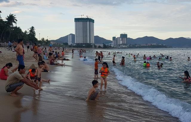 Nha Trang: Ngày cuối cùng dịp lễ, bãi biển vẫn đông nghịt người - 3