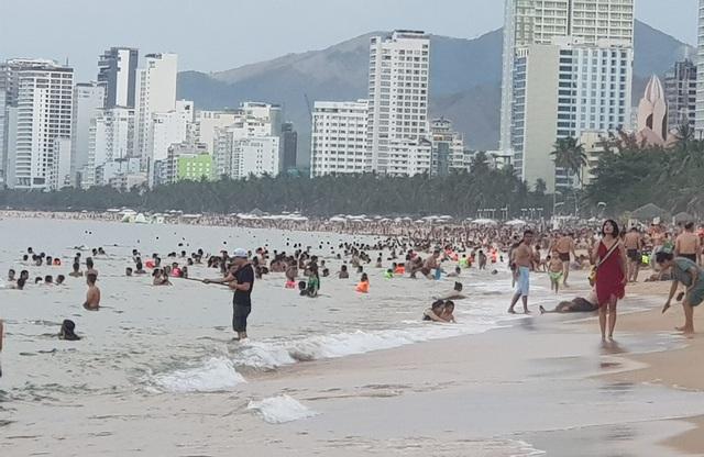 Nha Trang: Ngày cuối cùng dịp lễ, bãi biển vẫn đông nghịt người - 4