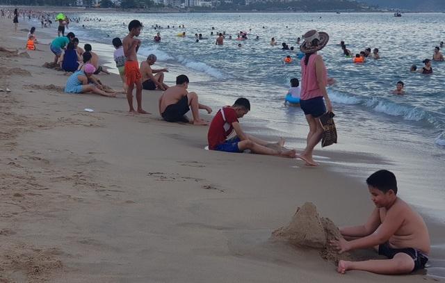 Nha Trang: Ngày cuối cùng dịp lễ, bãi biển vẫn đông nghịt người - 5