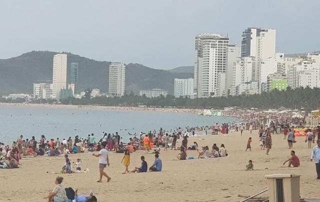 Nha Trang: Ngày cuối cùng dịp lễ, bãi biển vẫn đông nghịt người - 6