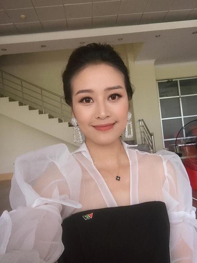 Đảm đương vai trò MC của Giọng hát Việt, Phí Linh cho thấy một sự trưởng thành hơn hẳn. Vẫn là Phí Linh, gương mặt quen thuộc dẫn dắt các chương trình lớn, từ Thần tượng Bolero đến Sing my Song, Cặp đôi hoàn hảo, Muôn màu showbiz… và bây giờ là Giọng hát Việt, nhưng cứ qua mỗi nấc thang, cô lại rạng rỡ hơn một chút, ghi dấu ấn hơn một chút.