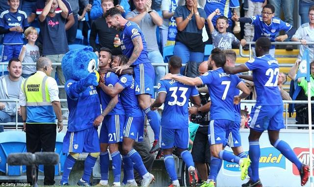 Cardiff ăn mừng sau khi có bàn thăng vào lưới Arsenal