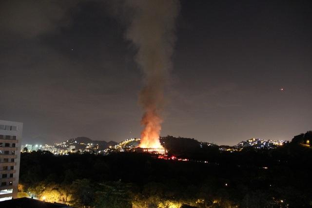 Vụ hỏa hoạn có thể được nhìn thấy từ xa.