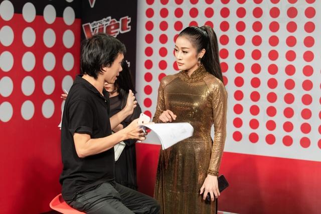 Trước giờ lên sóng, Phí Linh trao đổi kỹ nội dung với Tổng đạo diễn và ekip thực hiện. Cũng giống như người bạn bằng tuổi, nữ MC The Voice thể hiện sự già dặn trong kinh nghiệm xử lý tình huống với một thái độ bình tĩnh trước mọi thay đổi đến từ chương trình trực tiếp.