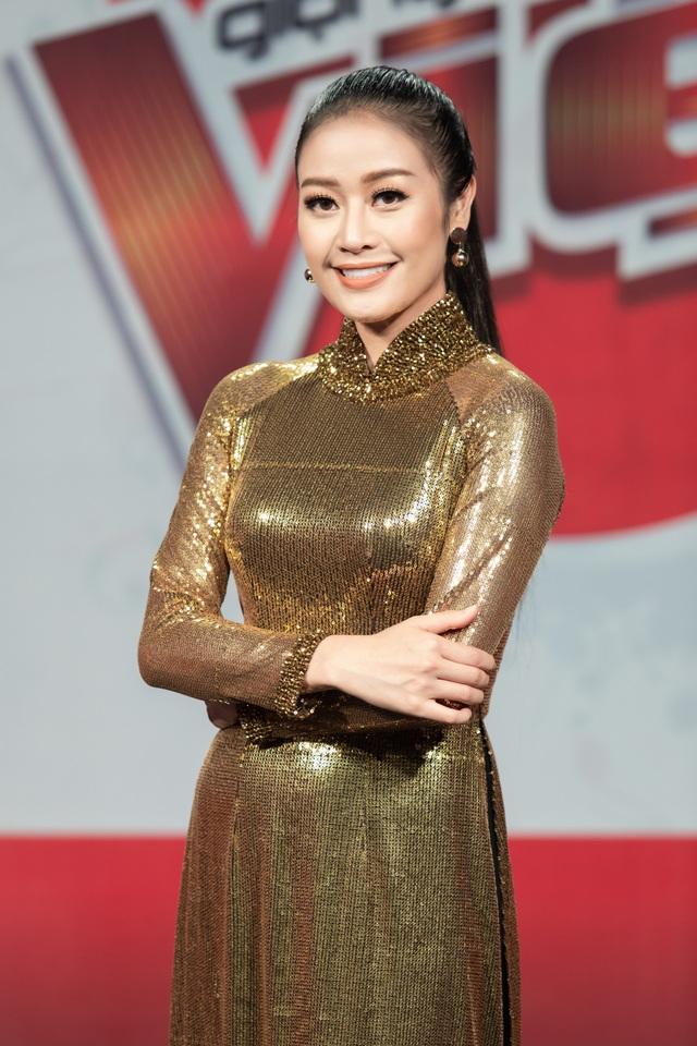 Phí Linh và Tóc Tiên có sự tương đồng về phong cách thời trang cá tính và khá ưa chuộng những thiết kế ánh kim. Trong Chung kết truyền hình trực tiếp đêm qua, Phí Linh chọn áo dài ánh kim để dành cho phần đầu trong ngày lễ Quốc Khánh.