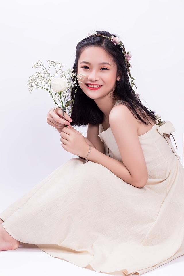 Nguyễn Minh Thy – lớp 11 Lý 1 là nữ sinh thuộc Top 10 thủ khoa Hà Nội, từng tặng hoa đón tiếp Phó thủ tướng Samoa.