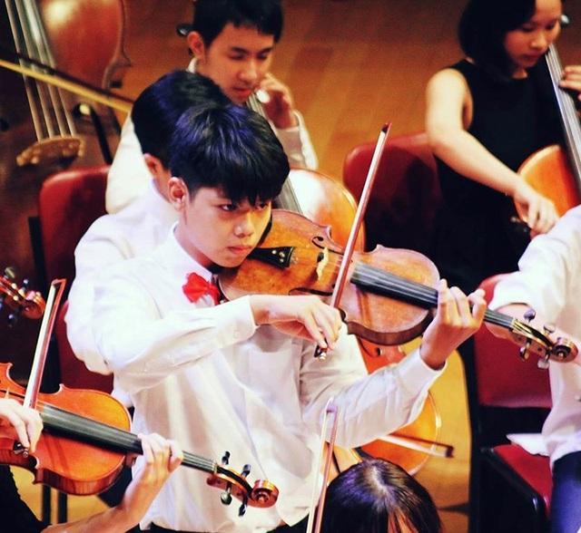 Nam sinh Vũ Quốc Đăng – lớp 12 Nga cũng là sinh viên Học viện âm nhạc quốc gia Việt Nam, là Thành viên dàn nhạc giao hưởng Hà Nội.