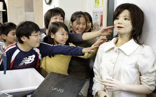 Robot Saya đã được đưa vào giảng dạy tiếng Anh tại Nhật từ năm 2009. Trẻ em thậm chí bắt đầu khóc khi bị Saya mắng. Nguồn: thedailybeast.com