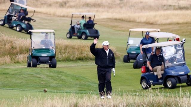 Tổng thống Trump trên sân golf (Ảnh: Reuters)