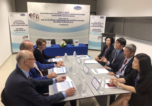 Đại diện lãnh đạo Bệnh viện Chợ Rẫy và Vinamilk cùng các Giáo sư đến từ Bệnh viện đại học Geneva trao đổi về lĩnh vực dinh dưỡng lâm sàng trong khuôn khổ buổi ký kết.