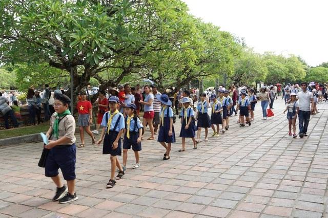 Các đoàn học sinh tham quan cố đô