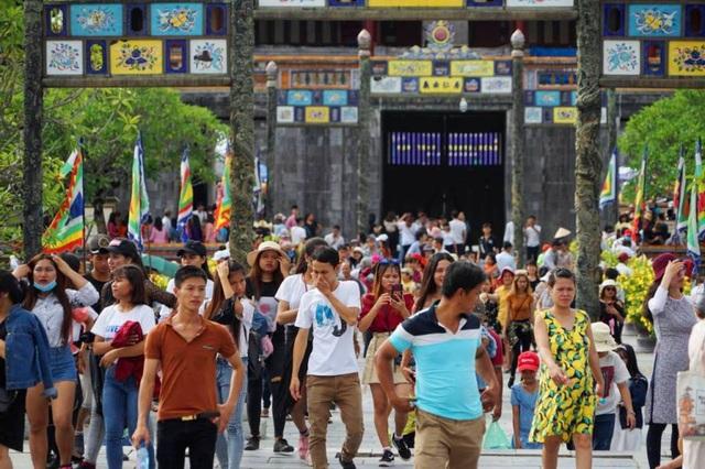 Du khách đổ vào di tích Huế tham quan dịp lễ Quốc Khánh 2018