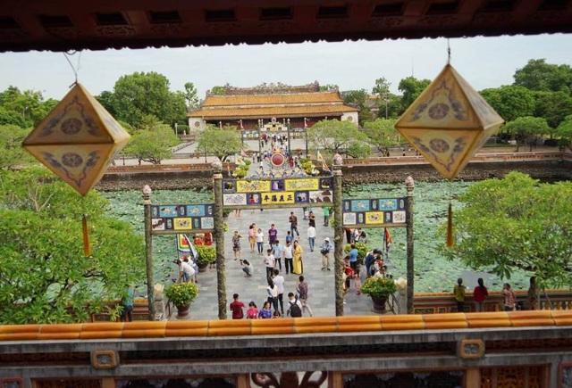 Hoàng thành Huế có du khách rất nhiều, ảnh chụp từ Ngọ Môn nhìn xuống cầu Trung Đạo