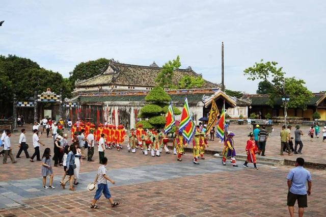 Du khách thích thú trước các lễ nghi xưa tái hiện trong Hoàng thành Huế