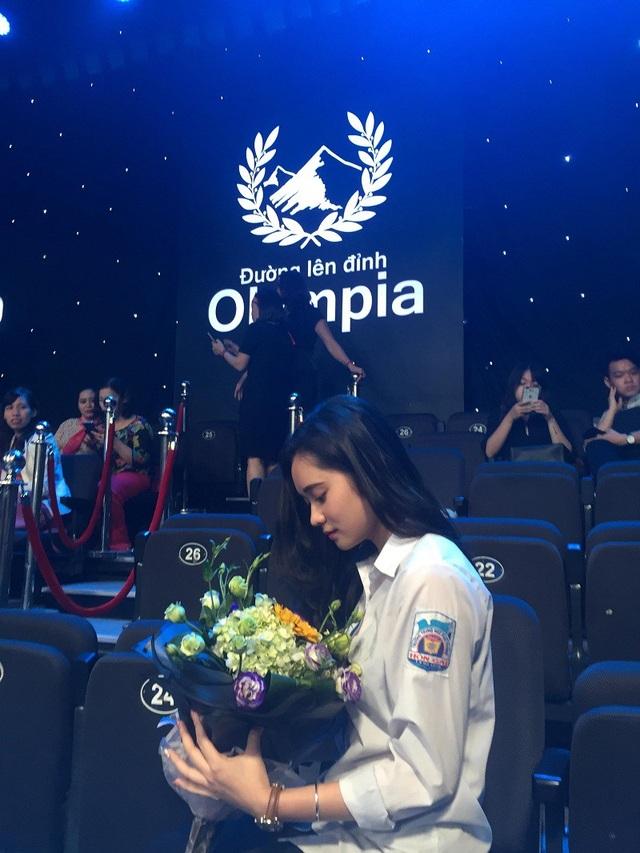 Chỉ thoáng xuất hiện trong trận Chung kết Olympia, nữ sinh được dân mạng tìm kiếm - 4