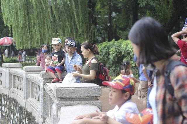 Hà Nội: Hơn 7 vạn du khách đổ về vườn thú, 21 trẻ em lạc mẹ được giao cho gia đình! - Ảnh 7.