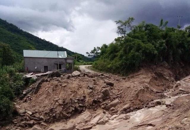 Nhiều tuyến đường bị lũ tàn phá