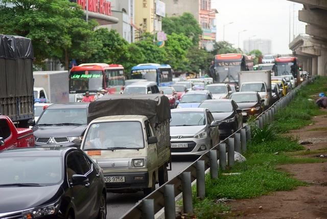 Cửa ngõ phía nam là cung đường đi vào trung tâm Hà Nội của các phương tiện từ các tỉnh Nghệ An, Thanh Hoá, Thái Bình, Ninh Bình... Đoạn đường dưới chân cầu vượt Pháp Vân có thời điểm ùn tắc nghiêm trọng.